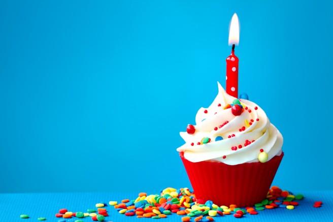 happy-birthday-cupcake-wallpaper-2